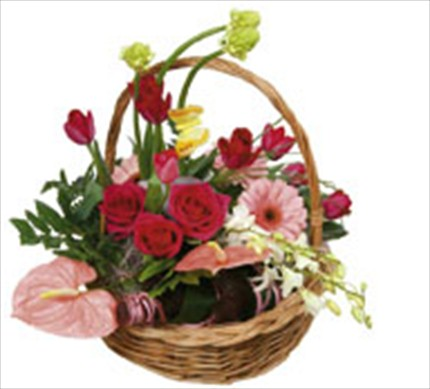 Mevsim çiçeklerinden sepet aranjman