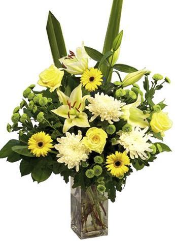Sarı çiçeklerden hazırlanmış cam vazo aranjman