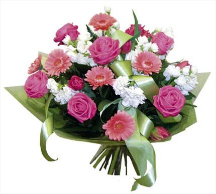 Gül ve mevsim çiçeklerinden buket