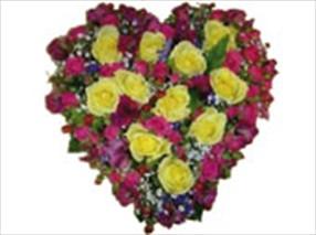 Gül ve mevsim çiçeklerinden hazırlanmış kalp aranjman