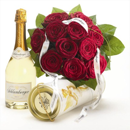 Güllerden muhteşem bir buket ve yanında bir şişe 0.75 l Schlumberger Köpüren şarap