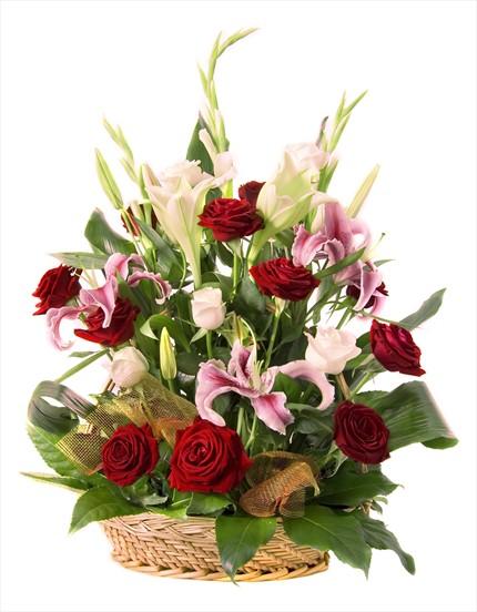 Evinizi canlandırır sepet içinde rengarenk çiçek aranjmanı