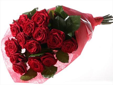 Kırmızı güllerden buketi