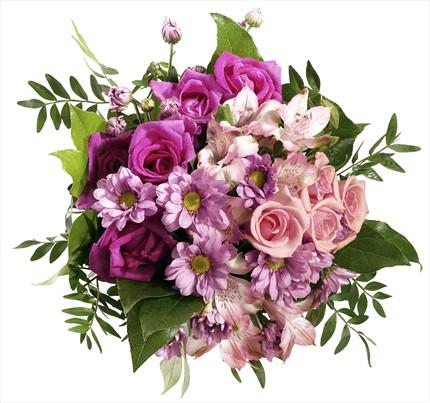 Güller mevsim çiçeklerinden hazırlanmış buket