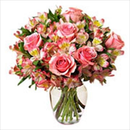 Pembe renkli güller ve alstromerilardan klasik bir aranjman
