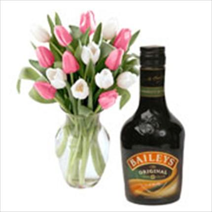 Karışık renkli mevsim çiçeklerinden şık bir buket ve yanında Baileys krem likör