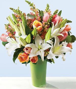 Lilyumlar ve mevsim çiçeklerinden hazırlanmış aranjman