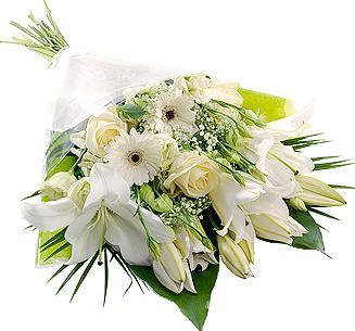 Beyaz lilyum ve mevsim çiçeklerinden hazırlanmış özel buket