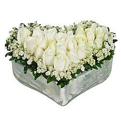 11 adet beyaz güllerden hazırlanmış kalp aranjman