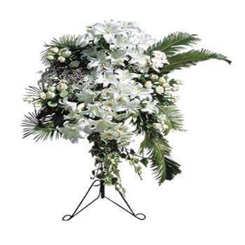 Beyaz mevsim çiçeklerinden hazırlanmış ferforje aranjman (160-180 cm)