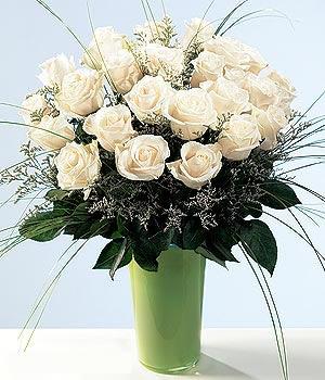 21 adet uzun beyaz güller ile hazırlanmış cam vazo aranjman