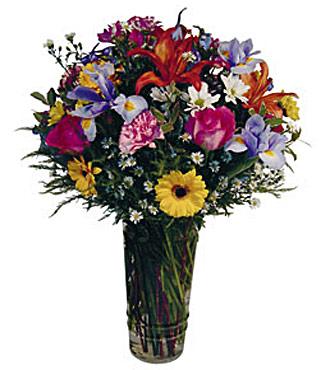 Cam vazo içerisinde mevsim çiçeklerinden hazırlanmış aranjmanı