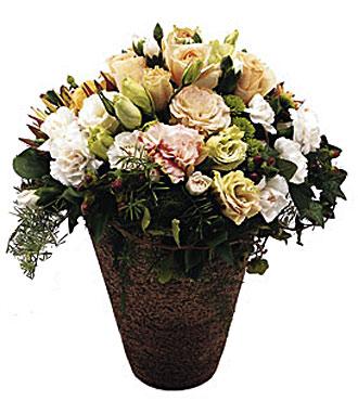 Seramik vazo içerisine mevsim çiçeklerinden hazırlanmış arajman