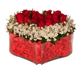 11 adet kırmızı güllerden hazırlanmış kalp aranjman