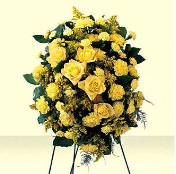 Sarı mevsim çiçeklerinden hazırlanmış ayaklı ferforje aranjman