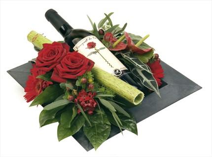 Kırmızı güller ve şarapla hazırlanmış romantik aranjman