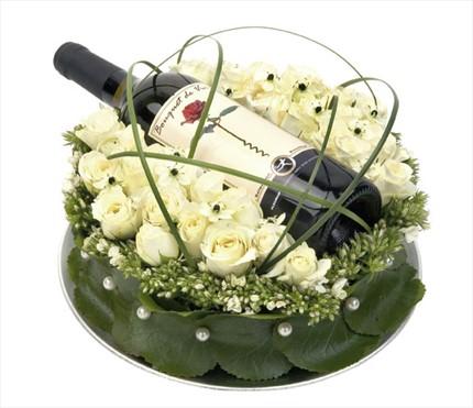 Beyaz güller ve şarapla hazırlanmış özel aranjman