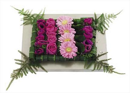 Pembe gül ve pembe mevsim çiçeklerinden hazırlanmış özel tasarım