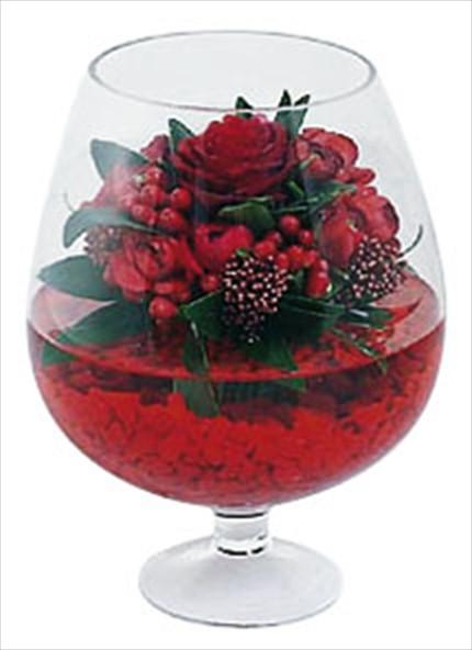 Kırmızı çiçeklerden kadeh içerisine hazırlanmış özel tasarım