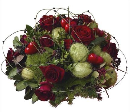Kırmızı güller ve mevsim çiçeklerinden hazırlanmış özel aranjman