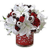 Kırmızı güller ve beyaz lilyumlardan hazırlanmış şık tasarım