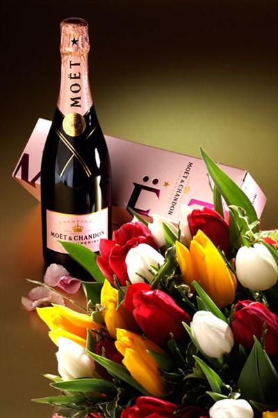 Lalelerden mevsim buketi ve şampanya