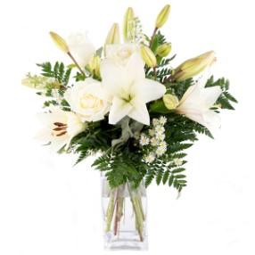 Beyaz lilyum ve mevsim çiçekleri
