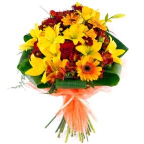 Lilyum ve mevsim çiçeklerinden hazırlanmış özel tasarım