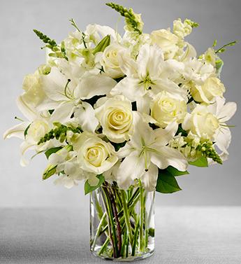 Cam vazoda beyaz lilyumlar beyaz güllerin özel tasarımı