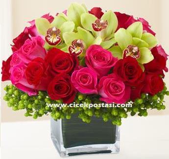 Orkideler ve güllerle hazırlanmış özel aranjman / Ürünler : 1 adet kare vazo 11 kırmızı gül 10 pembe gül 5 adet orkide ve aksesuarlar