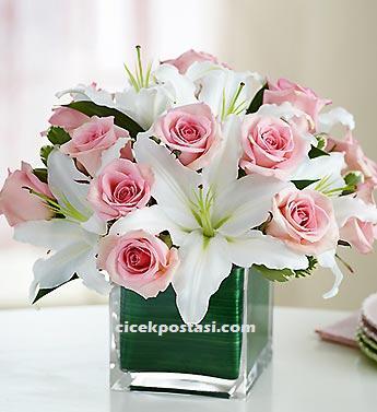 Pembe tutku seramonisi / Ürünler : 1 adet kare vazo 12 adet pembe gül  6 adet beyaz lilyum