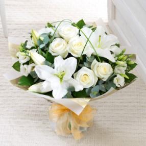 beyaz lilyum ve beyaz güllerle hazırlanmış özel tasarım buket