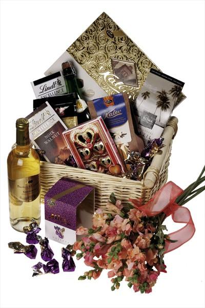 Beyaz şarap ve farklı bir sepet içinde hediye