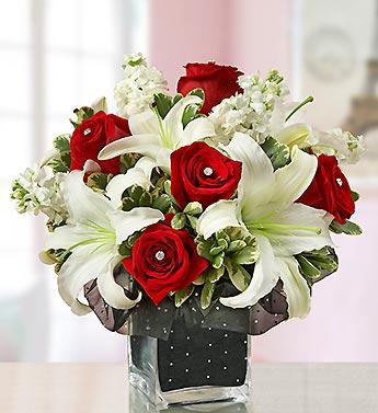 Kırmızı gül ve beyaz mevsim çiçekleriyle hazırlanmış özel tasarım