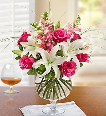Kadehte pembe güller  ve lilyumların farklı sunumu