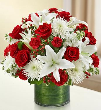Cam vazo içerisine güller ve mevsim çiçeklerinden hazırlanmış aranjman