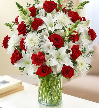 Kırmızı gül lilyum ve mevsim çiçeklerinden hazırlanmış özel tasarım