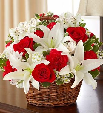 Sepet içerisine mevsim çiçeklerinden hazırlanmı aranjman