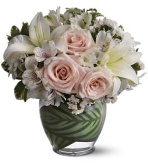 Pembe güller ve beyaz mevsim çiçekleriyle hazırlanmış aranjman
