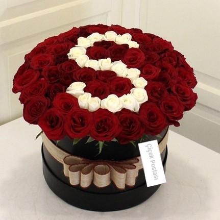 özel kutuda harf/Siyah yuvarlak kutuda 41 adet kırmızı ve beyaz güller ile hazırlanmış butik tasarım aranjman.İsteğe bağlı harf seçenekleri ile istediğiniz harfi yazdırabilirsiniz.İsterseniz ürün sayısını çoğaltarak sevdiğinizin adını 1 kaç kutu gül ile tamamını yazdırabilirsiniz.