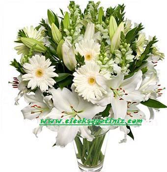 Beyaz mevsim çiçeklerinden hazırlanmış arajman