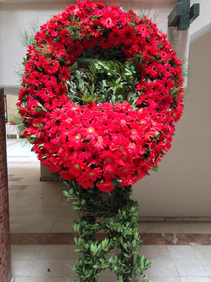 Kırmızı mevsim çiçeklerinden hazırlanmış cenaze çelengi