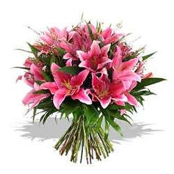Pembe mevsim çiçeklerinden hazırlanmış buket