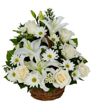 Sepet içerisine beyaz mevsim çiçeklerinden hazırlanmış aranjman