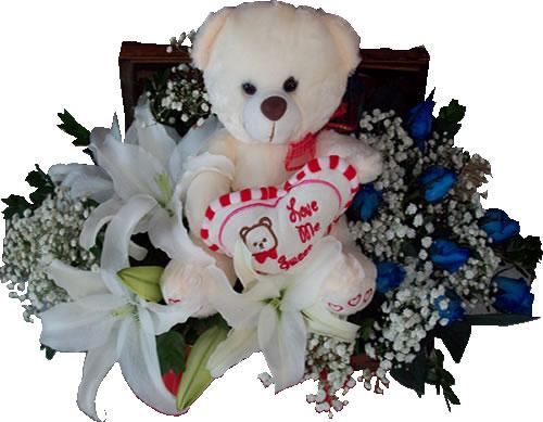 Mavi güller ve beyaz çiçeklerden hazırlanmış aranjman