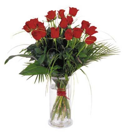 Camvazo içerisine hazırlanmış kırmızı güllerden aranjman