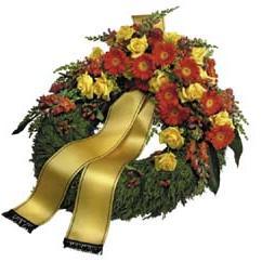 Renkli mevsim çiçeklerinden hazırlanmış cenaze çelengi