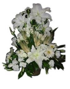 Lilyum gül ve beyaz mevsim çiçeklerinden hazırlanmış aranjman