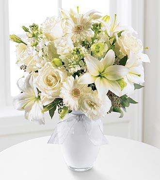 Beyaz güller ve lilyumlardan hazırlanmış vazo aranjman /Ürünler 1 adet testi cam vazo 3 adet lilyum  5 adet beyaz gül 5 adet lisyantus ve mevsim ürünü