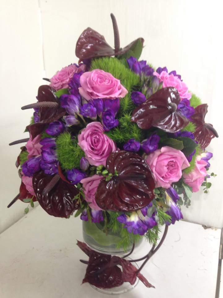 Antorium pembe güller ve mevsim çiçekler ile kadeh tasarım